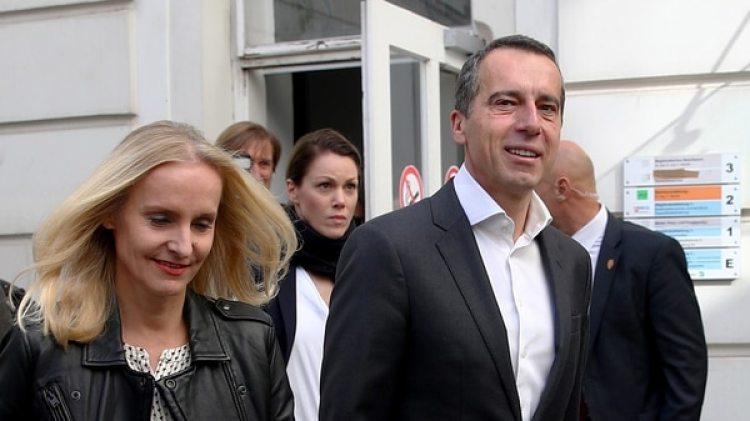 El socialdemócrata Christian Kern votó acompañado de su esposa (Reuters)
