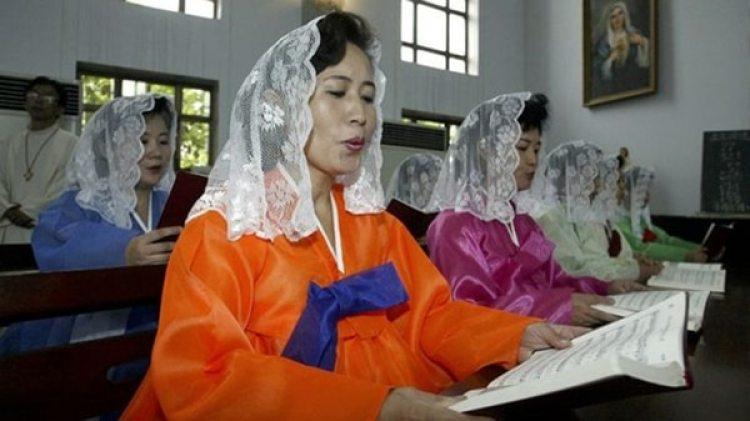 Ciudadanos norcoreanos celebran una misa en una de las iglesias católicas oficiales de Pyongyangcontroladas por el estado para fingir la libertad de culto. (Reuters)