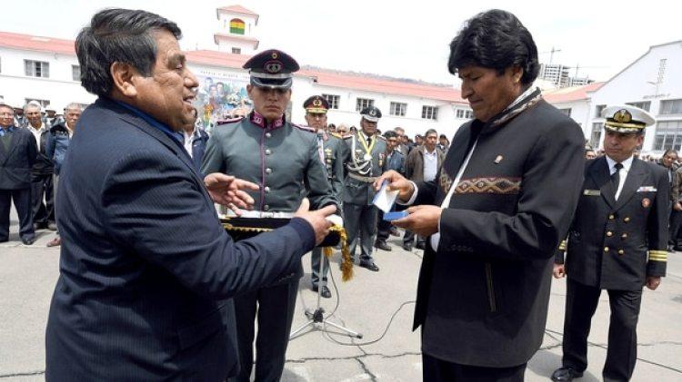 """El representante de la Confederación de Excombatientes de Ñancahuazú, Mario Moreira y el presidente de Bolivia, Evo Morales, en el acto de homenaje a los ex combatientes que derrotaron en 1967 al guerrillero Ernesto """"Che"""" Guevara (EFE)"""