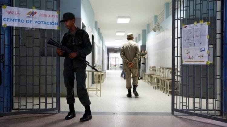 Soldados custodian las urnas en el marco del Plan República (Reuters)