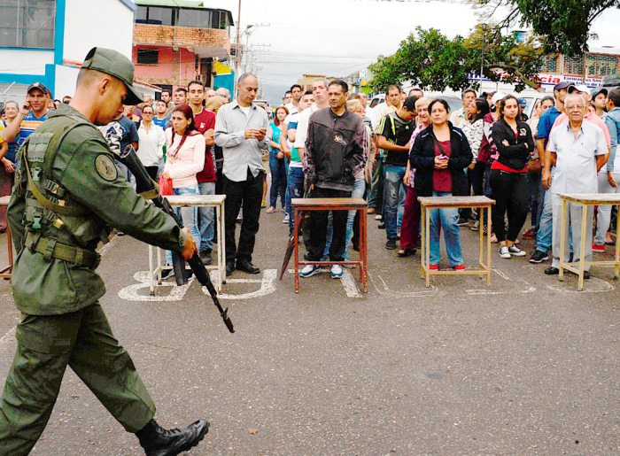 Un grupo de personas acude a sufragar en San Cristóbal (Venezuela). Los venezolanos votaron ayer a un ritmo lento y sin grandes colas en muchos de los colegios durante la primera mitad de una jornada electoral de los comicios para elegir a gobernadores de 23 estados, marcada por los retrasos en la apertura de las mesas.
