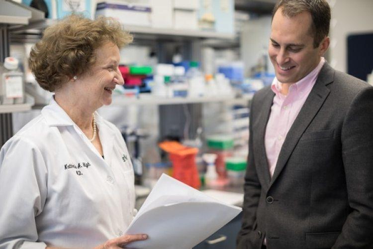 La directora de investigación, Kathy High, y el CEO, Jeff Marrazzo, de Spark, que creó Luxturna.