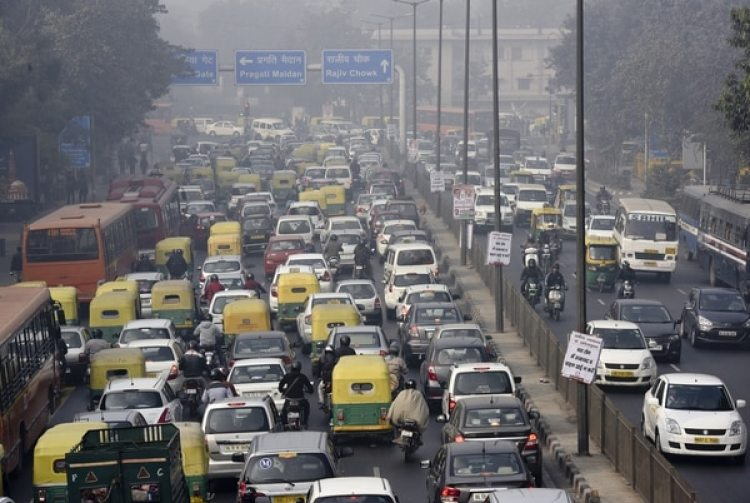 Largas filas de autos en Nueva Delhi. (Photo by Arvind Yadav/Hindustan Times via Getty Images)