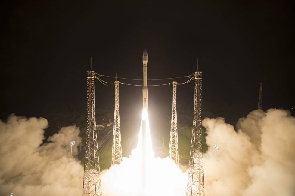 Lanzamiento de un satélite en un cohete Vega de Arianespace desde Kourou (Guayana francesa).