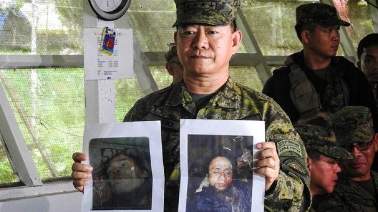 El jefe del ejército filipino, general Eduardo Ano, sostiene las fotos de los cadáveres de Hapilon y Maute