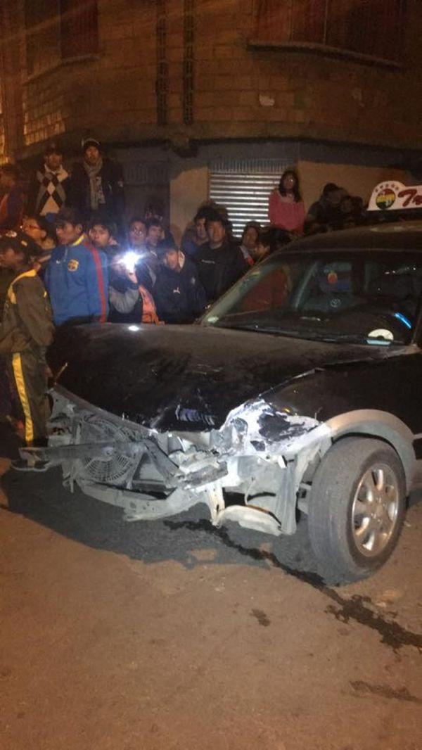 Uno de los vehículos, radiotaxi, afectado por el choque múltiple.