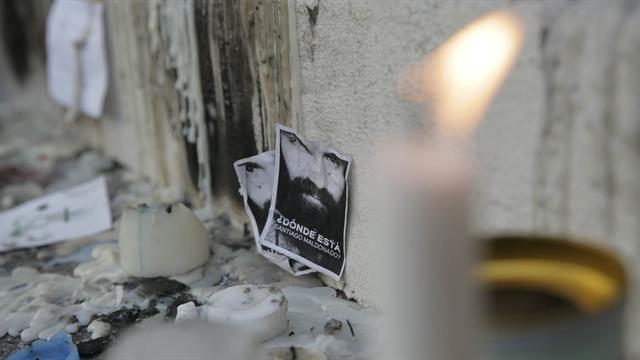 Mientras se esperan más detalles sobre la autopsia de Santiago Maldonado un altar se está armando en la puerta de la morgue. Foto: LA NACION / Soledad Aznarez
