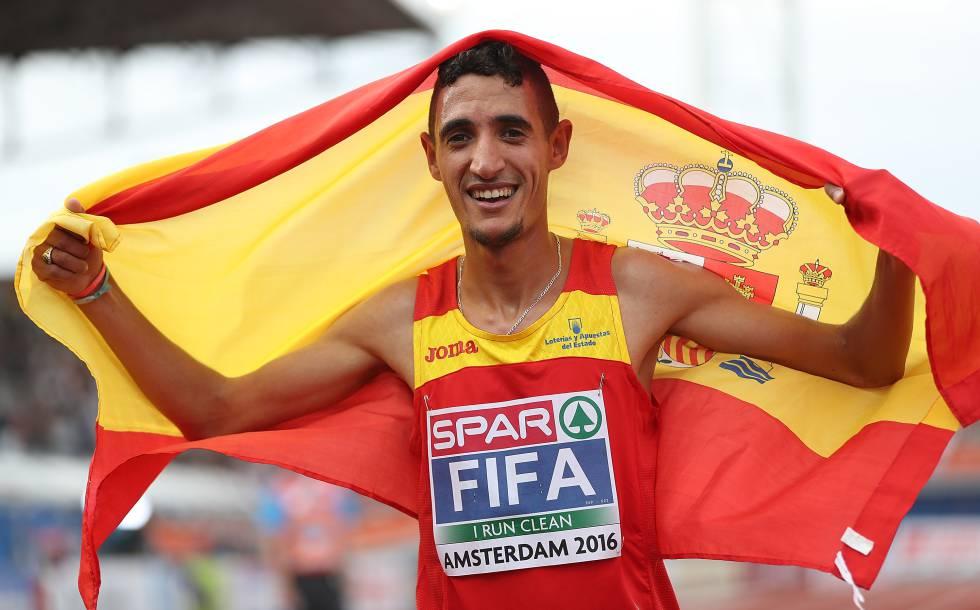Ilias Fifa celebra su victoria en el Campeonato de Europa de 5.000m en Ámsterdam, en julio de 2016.