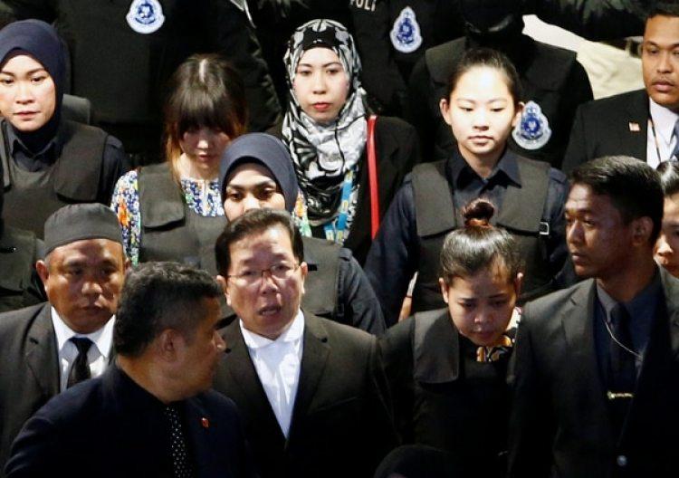 La indonesia Siti Aisyah y la vietnamita Doan Thi Huong, acusadas del asesinato de Kim Jong Nam, son escoltadas mientras vuelven a visitar el Aeropuerto Internacional de Kuala Lumpur en Sepang, Malasia, el 24 de octubre de 2017. (Reuters)