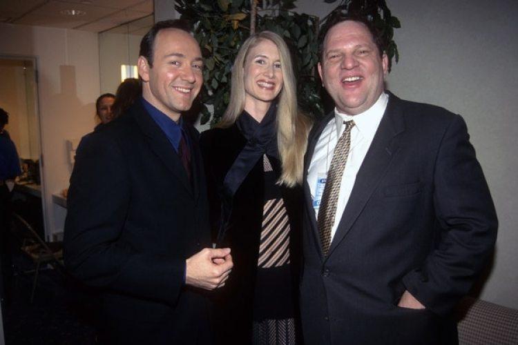 Kevin Spacey, la actriz Laura Dern y Harvey Weinstein, el productor acusado por cerca de 60 mujeres de acoso y abusos sexuales. La foto es de 1996 (Patrick McMullan/ Patrick McMullan via Getty Images)