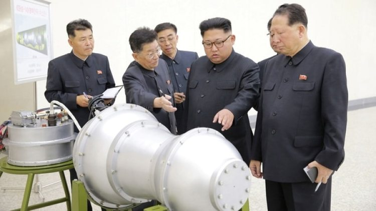 """Kim Jong Un inspecciona la bomba H que luego sería probada """"con éxito"""" con resultados catastróficos para la montaña (KCNA via Reuters)"""