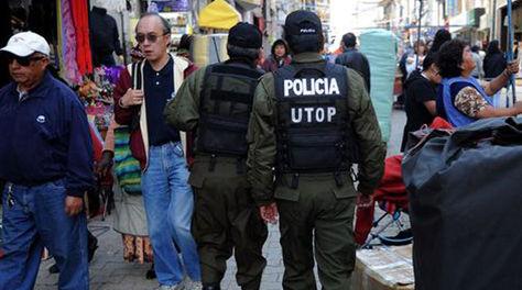 Policías por la calle Comercio, una de las más comerciales del centro de la ciudad de La Paz