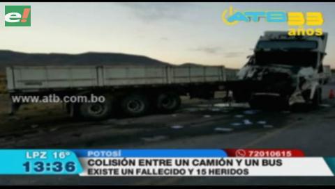 Colisión lateral entre un bus y un camión deja un muerto y 15 heridos