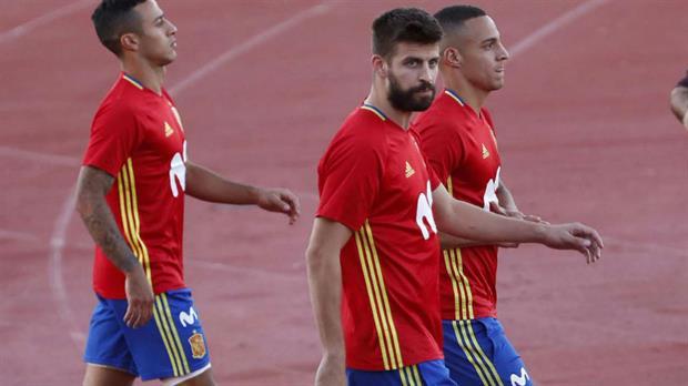 Pitidos y cánticos contra Piqué en el entrenamiento de España