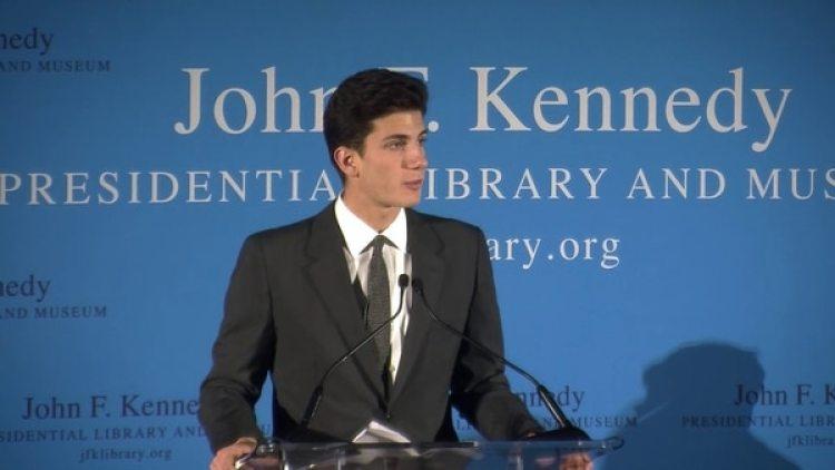 Jack Schlossberg, el nieto del presidente John F. Kennedy, dijo que los documentos sin revelaciones de importancia distraen de los graves problemas del presente en su país. (YouTube)