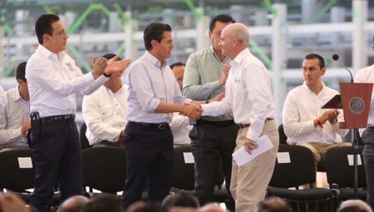 Enrique Peña Nieto y José Antonio González Anaya, director general de Pemex