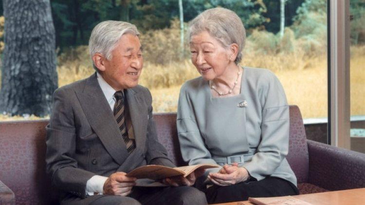 El emperador Akihito y la emperatriz Michiko en el jardín del Palacio Imperial en Tokyo (AFP)
