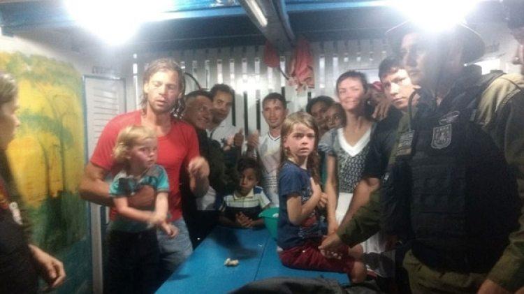 La primera foto después de que la familia fue hallada por la policía (AP)