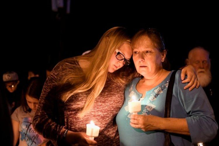 Residentes de Sutherland Springs, Texas,durante la conmemoración para las víctimas del tiroteo de este domingo(REUTERS/Mohammad Khursheed)