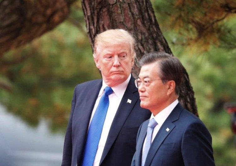 El presidente de EEUU Donald Trump junto con su par surcoreano Moon Jae-in durante la ceremonia de bienvenida en el Palacio Azul (REUTERS/Kim Hong-Ji)