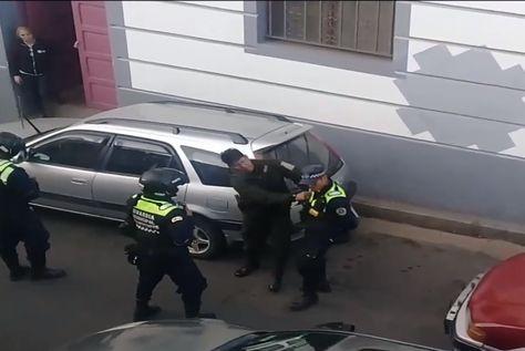 El policía agrade a un guardia edil luego de ser sancionado por estacionar en lugar prohibido.