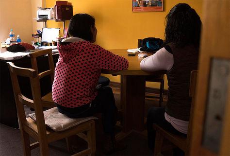 Mujeres bolivianas mientras dan su testimonio en el Centro de Promoción de la Mujer Gregoria Apaza, en la ciudad de El Alto (Bolivia).