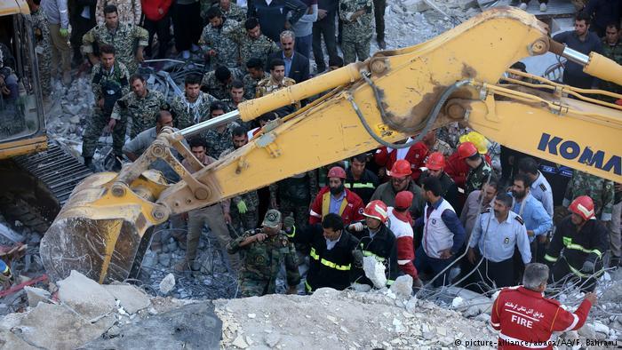 Iran Erdbeben Suche nach verschütteten Personen (picture-alliance/abaca/AA/F. Bahrami)