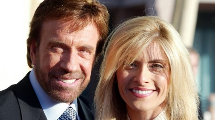 El actor Chuck Norris junto a su mujer Gena, en 2004 (Photo by Frazer Harrison/Getty Images)