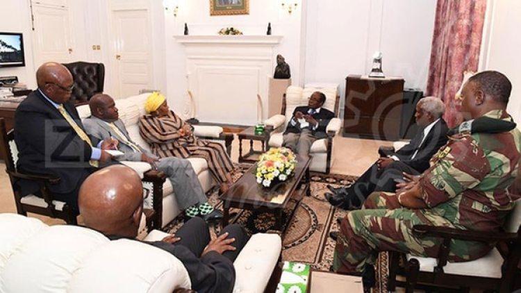 Mugabe durante la reunión de este jueves en la casa presidencial. (Herald)