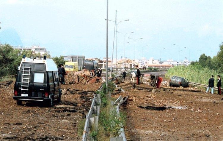 La autopista que conecta Palermo y el aeropuerto tras el atentado que mató al juez Giovanni Falcone, su esposa y tres miembros de la escolta el 23 de marzo de 1992 (AP Foto/Nino Labruzzo, archivo)