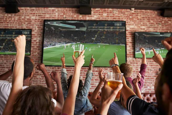 Uno puede perder la cuenta de las cervezas que llevas cuando tu equipo va ganando. (iStock)