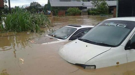 Dos vehículos afectados por las inundaciones en Ivirgarzama. Foto: Israel Barrenechea