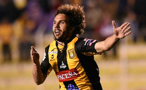 Marteli celebra un gol en el estadio Hernando Siles. Foto: Archivo La Razón