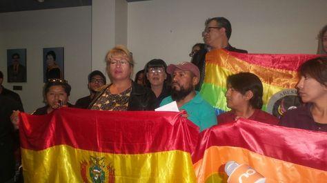 Movilización del colectivo LGBT en la Defensoría del Pueblo.