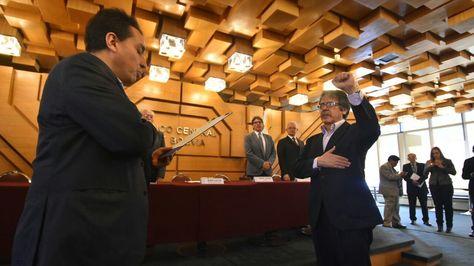 El ministro de Economía, Mario Guillén, posesiona a Gabriel Herbas como miembro del Directorio del BCB. Foto:APG