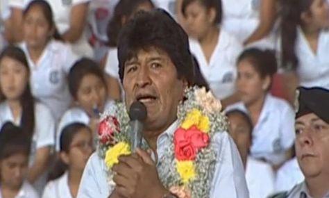 El presidente Evo Morales en el acto de entrega de computadoras en el que dijo que tal vez este año no se llegue al pago del doble aguinaldo.