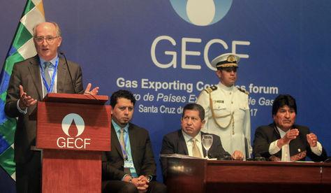 El presidente de la compañía Repsol, Antonio Brufau, ofrece un discurso en presencia del presidente Evo Morales en Santa Cruz de la Sierra