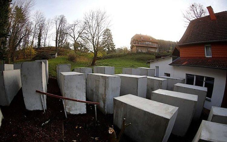 El memorial se ubica justo frente a la residencia de Hoecke (Reuters)
