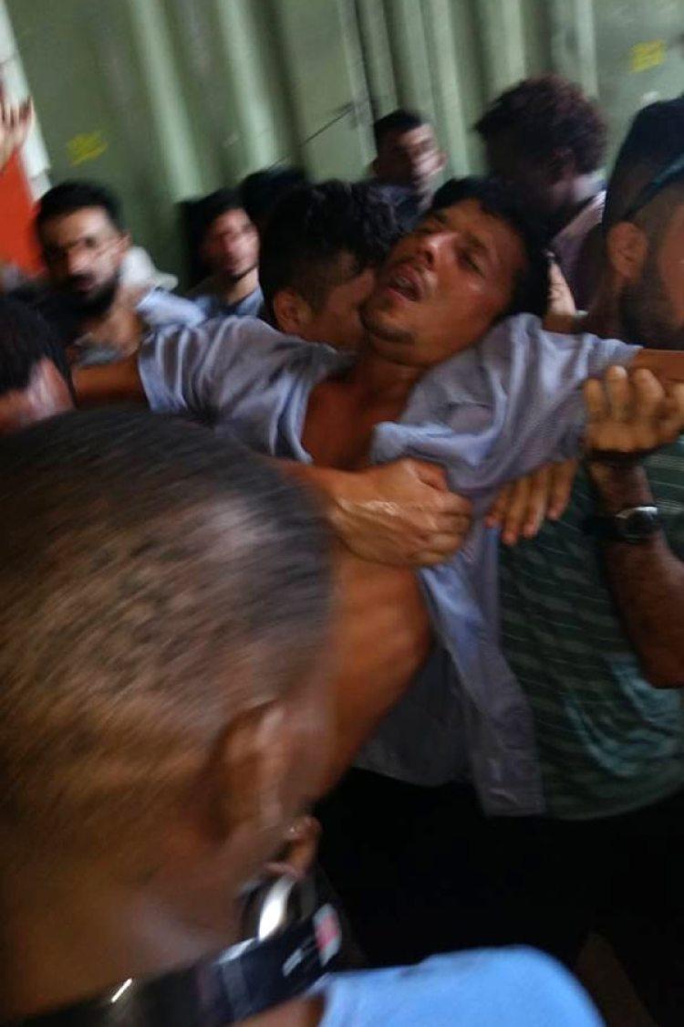 Un refugiado se desmaya durante el desalojo del centro de Manus, en Papúa Nueva Guinea (AFP/ GETUP)