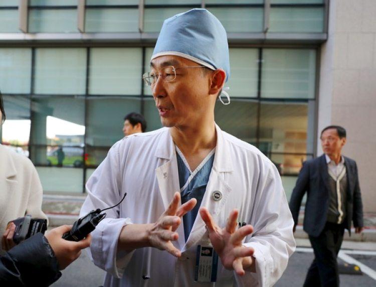 El médico a cargo de la intervención del desertor (AFP PHOTO)