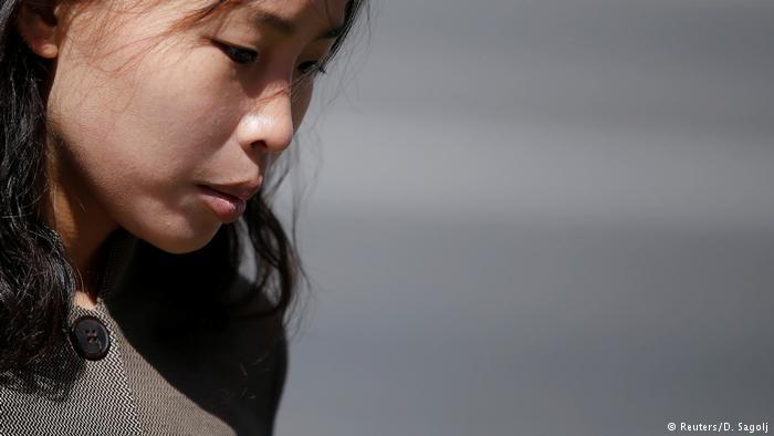 Nordkorea Straßenszene aus Pjöngjang Frau (Reuters/D. Sagolj)