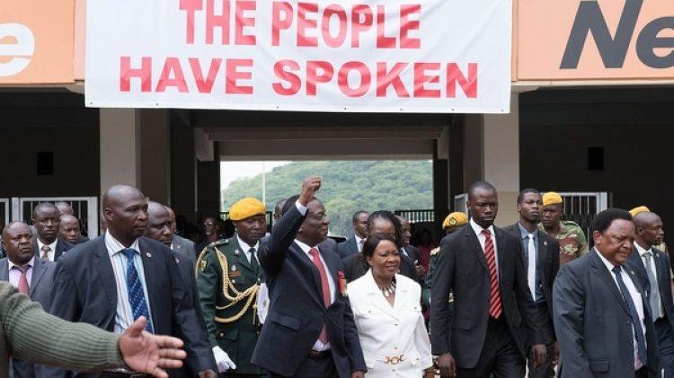 """""""El pueblo ha hablado"""", dice el cartel sobre Emmerson Mnangagwa, quien entra al Estadio Nacional de Harare para jurara como presidente de Zimbabwe(AFP)"""
