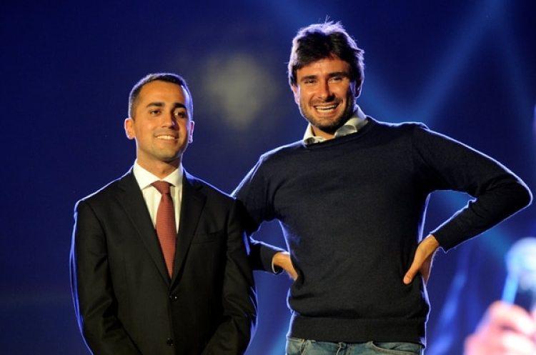 Luigi Di Maio, a la izquierda, fue elegido por los militantes candidato a premier del Movimiento Cinco Estrellas en una votación por Internet. En la foto está junto a Alessandro Di Battista, otro de los líderes del partido (REUTERS/Guglielmo Mangiapane)