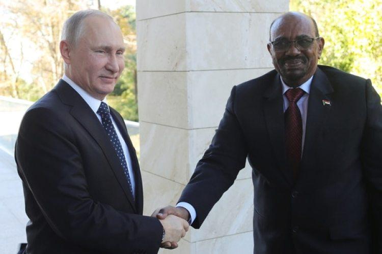 Omar Hasan Ahmad al Bashir, junto al presidente ruso, Vladimir Putin