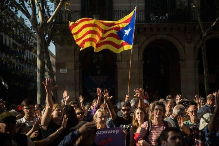 La gente se reúne fuera del parlamento catalán para apoyar una declaración unilateral de independencia, en Barcelona, España, el jueves 26 de octubre de 2017 (AP)