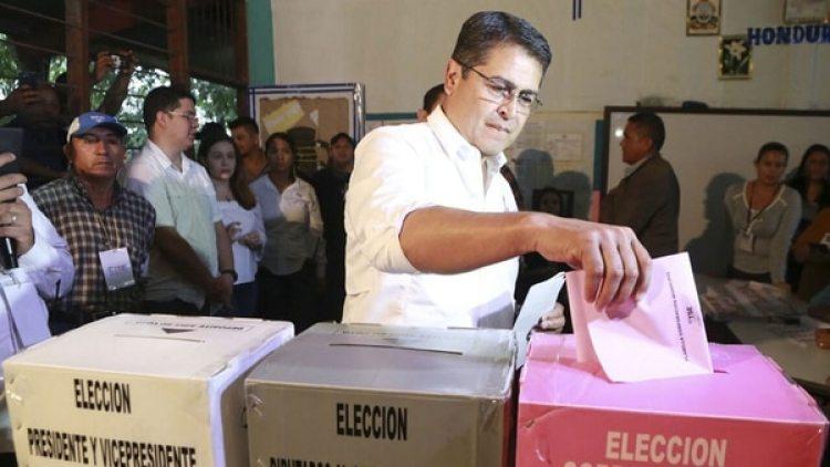 Juan Orlando Hernández busca un nuevo mandato tras un polémico fallo de la Corte (EFE)