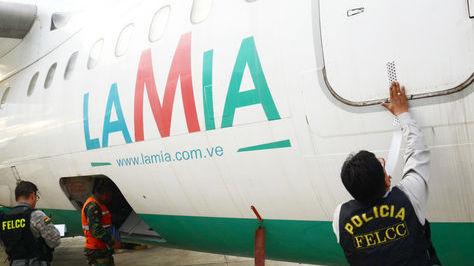 Un oficial de la Policía precinta uno de los aviones de la empresa LaMia en el hangar de la FAB. Foto: Fernando Cartagera - archivo