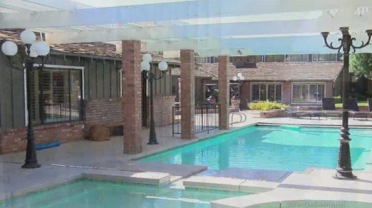 El conjunto posee un inmueble principal, dos piscinas, teatro, más un par de edificaciones anexas con un apartamento, túneles y pasadizos que interconectan los espacios principales de la propiedad