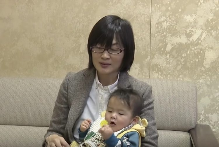 Yuka Ogata con su hijo. (https://internationalpress.jp)