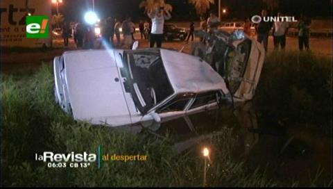 Conductor huyó tras chocar su vehículo contra valla publicitaria en la vía al norte